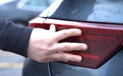 Tại sao cảnh sát nước ngoài thường chạm vào phía sau xe ô tô của người bị yêu cầu dừng lại?
