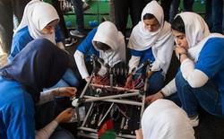 Giải cứu 10 cô gái trong đội tuyển robot của Afghanistan