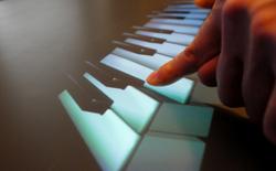 Microsoft tự tạo đàn piano khổng lồ từ 88 máy tính bảng Surface RT