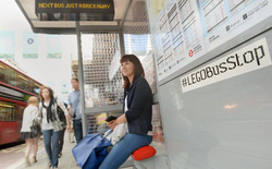 Trạm xe bus được xây bằng những khối lego tại London