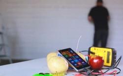 Microsoft trình diễn sạc Lumia 930 bằng... khoai tây và táo