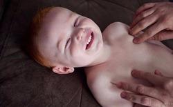 Có thật trẻ sơ sinh sẽ cười khi bạn pha trò hay vờ vấp ngã?