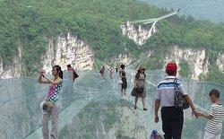 Cây cầu trong suốt ở độ cao 400m, trải nghiệm đứng tim cho du khách