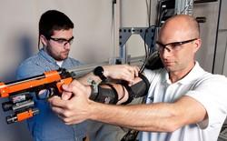 Quân đội Mỹ phát triển bộ khung xương gắn tay giúp lính mới trở thành thiện xạ