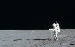 Phi công tàu Apollo nói rằng UFO đã từng ngăn cản một vụ chiến tranh hạt nhân