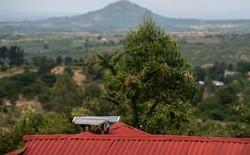 Pin mặt trời đang thắp sáng cả vùng nông thôn châu Phi