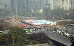 Chưa mất đến 2 ngày, kỹ sư Trung Quốc xây xong cầu 1300 tấn