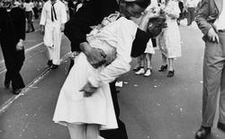 """""""Nụ hôn ở Quảng Trường Thời Đại"""" - nụ hôn ấy không phải là duy nhất"""