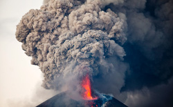 Núi lửa lửa khổng lồ tại Trung Mỹ bất ngờ thức giấc sau 110 năm ngủ say