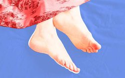 Thò 1 chân ra khỏi chăn sẽ giúp bạn ngủ ngon hơn