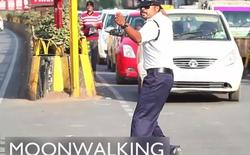 [Video] Cảnh sát Ấn Độ vừa điều khiển giao thông vừa... Moonwalk