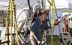 Học sinh cấp 3 tự chế bộ giáp Ironman có thể nâng được 200kg