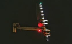 """Chiếc máy bay """"không cần nhiên liệu"""" tiến vào Thái Bình dương trong sự theo dõi của toàn thế giới"""