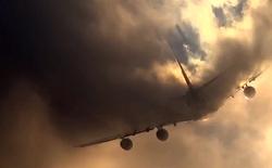 """[Video] Khoảnh khắc thú vị khi 1 chiếc máy bay """"xé toang"""" màn mây"""