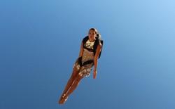 Người mẫu Ý xinh đẹp bay lượn như chim giữa hai tòa nhà chọc trời