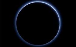 """NASA thông báo: """"Sao Diêm Vương có bầu trời xanh và nước ở dạng băng"""""""