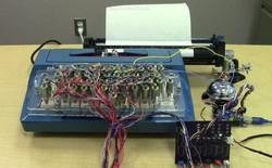 """Chế biến máy đánh chữ """"cổ lỗ sỉ"""" thành máy in"""