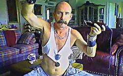 Suốt 7 năm, người đàn ông này đã có hơn 300 video YouTube quay cảnh mình hút thuốc, chải ria và cạo đầu