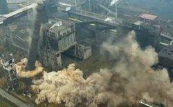 [Video] Cảnh tượng nhà máy cao gần 100 mét đổ sụp