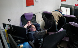 Giữa New York hoa lệ vẫn có những quán cà phê internet thâu đêm cho người vô gia cư ở tạm