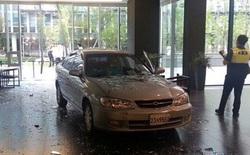 Tức giận vì bản thân nghiện game, một người đàn ông Trung Quốc lao xe phá trụ sở công ty