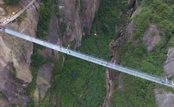 [Video] Chưa tới 800 người dám đi bằng 2 chân qua cây cầu này