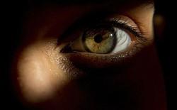 Liệu giác quan thứ sáu có thật không? Tại sao thỉnh thoảng bạn biết được có người đang nhìn mình từ đằng sau?