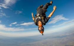 Chuyện thật như bịa: Nhảy dù... không cần dù từ độ cao hơn 7500m