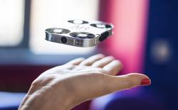 """Drone """"tự sướng"""" nhỏ đến mức nằm gọn trong một chiếc ốp lưng điện thoại"""