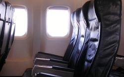 Vì sao cửa sổ trên máy bay không thẳng hàng với ghế ngồi?