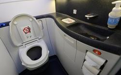 """Chất thải của hành khách trên máy bay sẽ """"đi"""" về đâu?"""