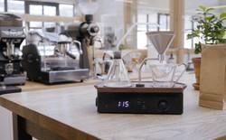Còn gì tuyệt vời hơn khi có đồng hồ báo thức tự pha cho bạn một ly cà phê nóng hổi mỗi sáng như thế này?