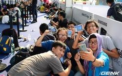 Hai người dùng đầu tiên tại Hà Nội và TP. HCM đều chọn Galaxy S7 edge