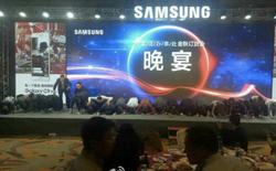 Người dùng Trung Quốc tức giận trước cảnh loạt quản lý Samsung quỳ lạy các đối tác bán lẻ điện thoại