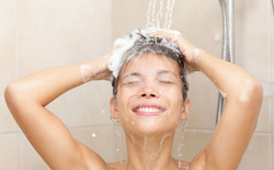Bằng vài phép tính đơn giản, bạn sẽ thấy vì sao nên đi tiểu ngay trong lúc tắm