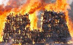 Đây là cách giải quyết súng lậu của Kenya, không tái sử dụng, gom lại thành núi và đem đốt