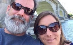 """Gia đình nạn nhân vụ thảm sát: """"Chữ i trong iPhone giống như ISIS vậy"""""""