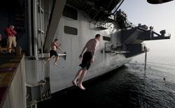 """Giây phút thư giãn ít người biết trên """"bể bơi hạng sang"""" của lực lượng Hải quân Mỹ"""
