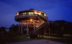 Bằng lối kiến trúc độc đáo này, các ngôi nhà sẽ đủ khả năng chống chọi lại bão tố
