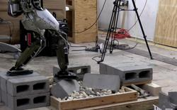 Thôi xong, con robot hậu đậu lần trước giờ đi lại tài giỏi như diễn viên xiếc luôn