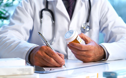 Giải quyết kê đơn kháng sinh ẩu bên trong bệnh viện đã khó, bên ngoài còn khó hơn nhiều