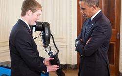 Chế tạo tay robot điều khiển bằng ý nghĩ, chàng trai 19 tuổi được Tổng thống Obama chào đón