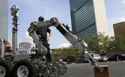 Robot cướp súng của tên tội phạm trong cuộc đọ súng với cảnh sát Mỹ