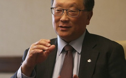"""CEO John Chen: """"Priv quá đắt, BlackBerry quay lại phân khúc tầm trung"""""""