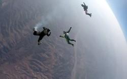 Hãy để vật lý giải thích vì sao người đàn ông này có thể nhảy từ độ cao 7.600 mét xuống đất không cần dù