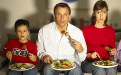 Tắt ngay tivi trong bữa ăn, nếu bạn muốn mình và người thân đều khỏe mạnh hơn