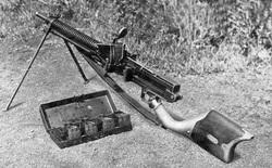 Bạn đã nhìn thấy khẩu súng máy đầu tiên của Nhật Bản với cách nạp đạn như xay thịt?