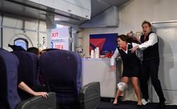 Điều gì sẽ xảy ra nếu bạn mở cửa thoát hiểm máy bay khi đang bay?