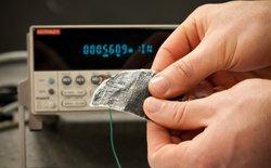 Chất liệu vải mới có thể tạo ra năng lượng từ ánh sáng Mặt trời và sức gió