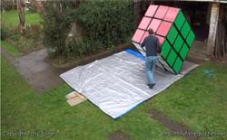 Đây là khối Rubik lớn nhất thế giới, bạn phải rất khỏe mới có thể xoay được nó